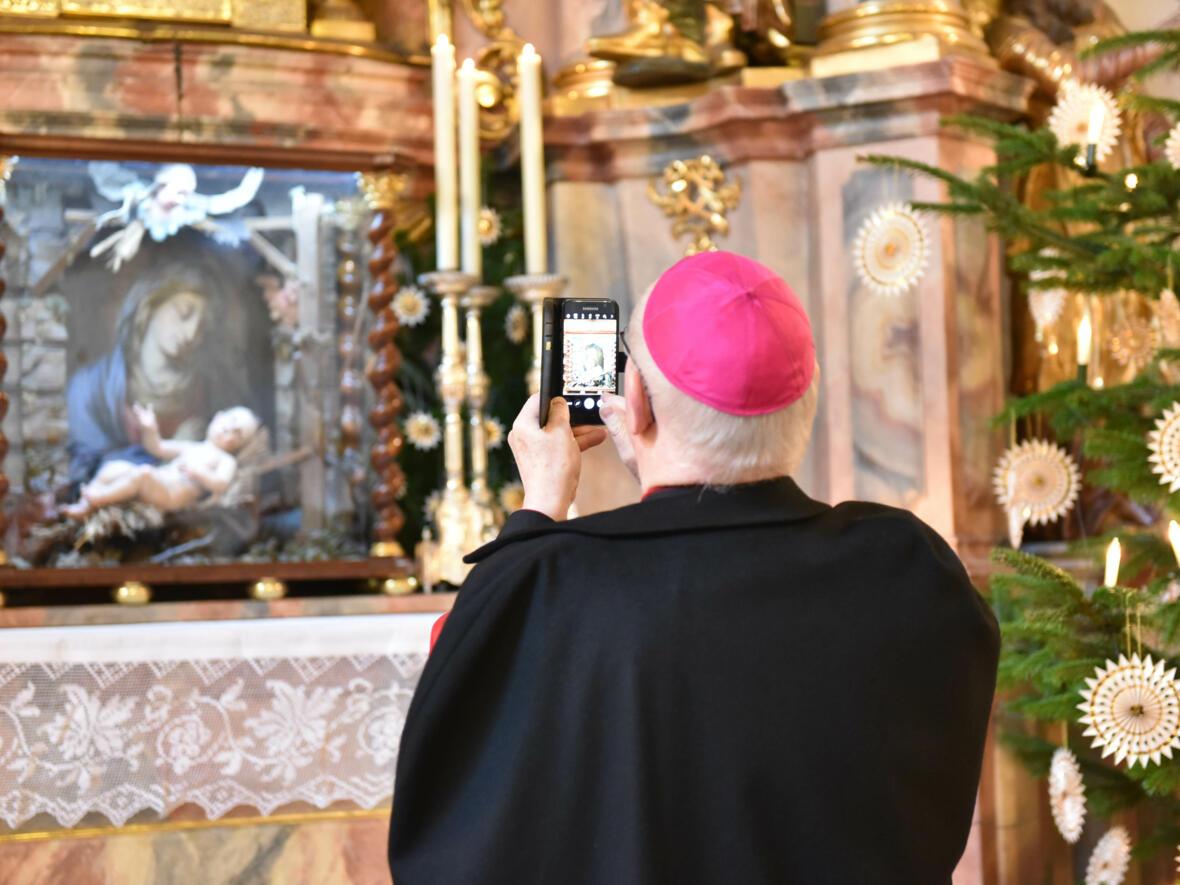 Schnappschuss: Bischof Konrad fotografiert in der Marienkapelle des Doms. (Foto: Romana Kröling / pba)