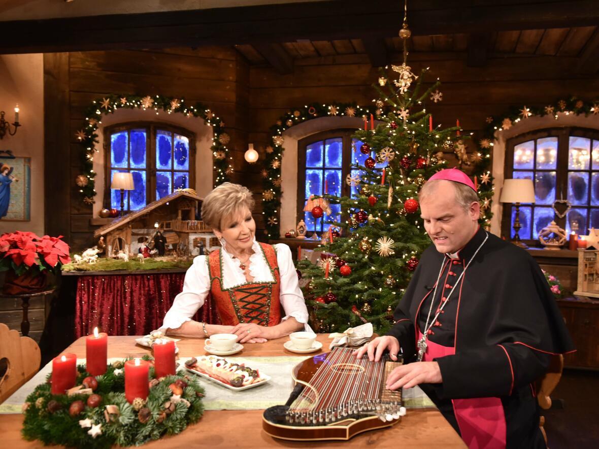"""Weihbischof Florian Wörner zu Gast in der Sendung """"Weihnachten mit Carolin Reiber"""" im Bayerischen Fernsehen. (Foto: Romana Kröling / pba)"""