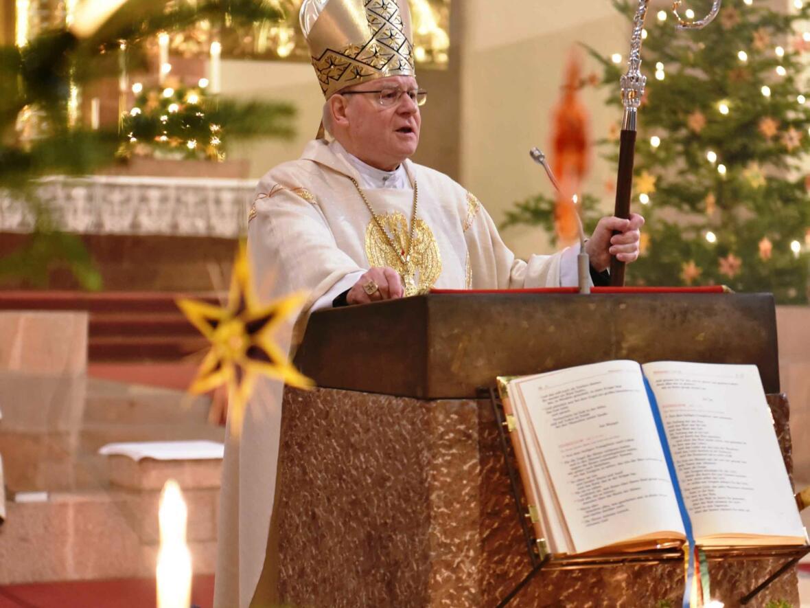 Wegen der Evakuierung der Augsburger Innenstadt feiert Bischof Konrad den Weihnachtsgottesdienst in der Stadtpfarrkirche St. Anton. (Foto: Nicolas Schnall / pba)
