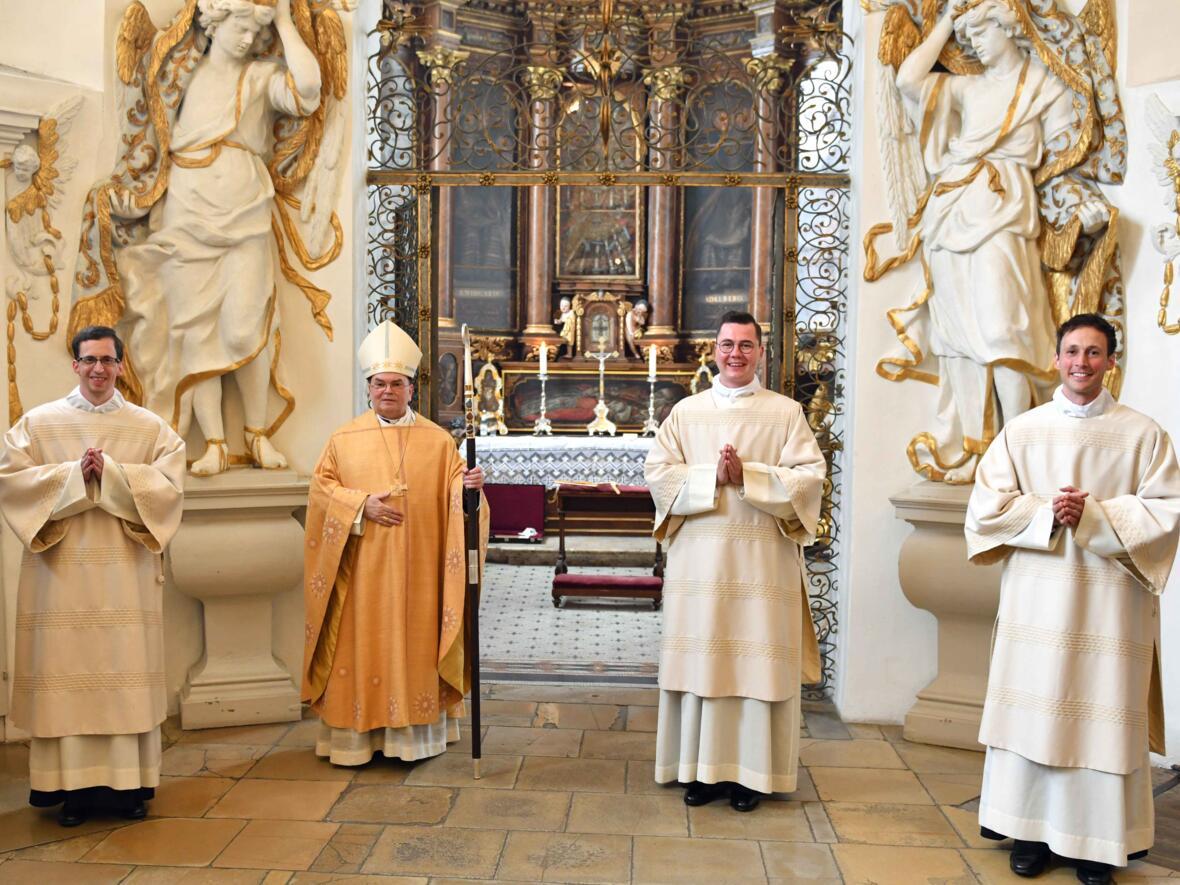 02 Diakonenweihe in der Ulrichsbasilika (v.l.) Markus Kraus, Bischof Bertram, Manuel Reichart, Roland Kiechle (Foto Nicolas Schnall pba)
