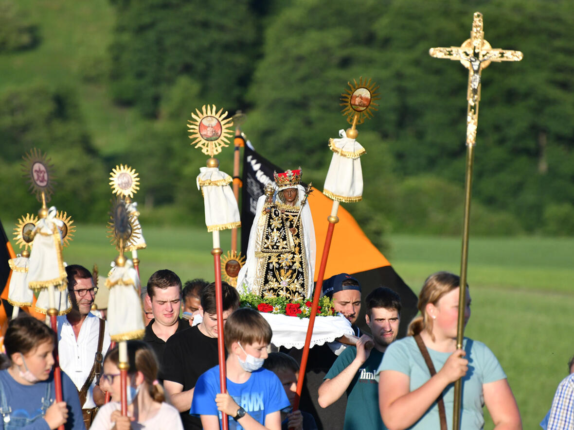 Wallfahrt aus Bedernau mit dem Gnadenbild der Schwarzen Madonna (Foto: Julian Schmidt / pba)