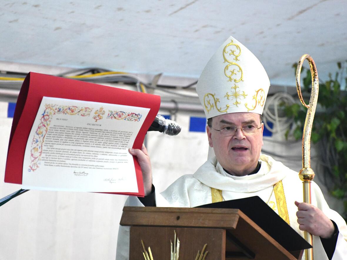 Bischof Bertram präsentiert ein Facsimile des vatikanischen Dekrets (Foto: Julian Schmidt / pba)