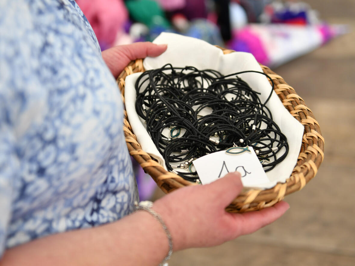 Den Kindern wurden auch gesegnete Halsketten mit Fischsymbol geschenkt