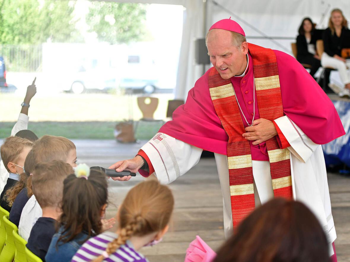 Gottesdienst zur Eröffnung der Bischof-Ulrich-Grundschule in Augsburg mit Weihbischof Florian Wörner (Foto Julian Schmidt pba) 2