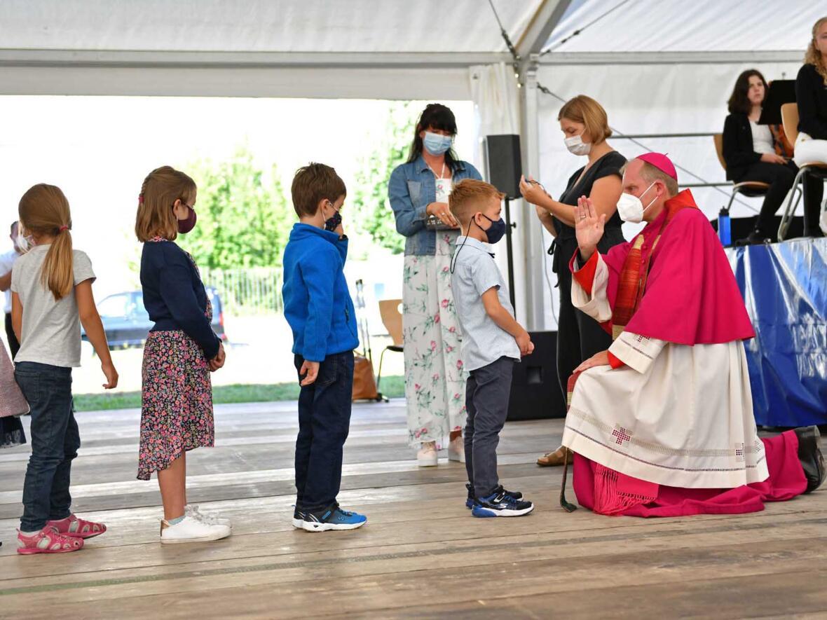 Segnung der Kinder beim Gottesdienst zur Eröffnung der Bischof-Ulrich-Grundschule in Augsburg mit Weihbischof Florian Wörner (Foto Julian Schmidt pba) 3
