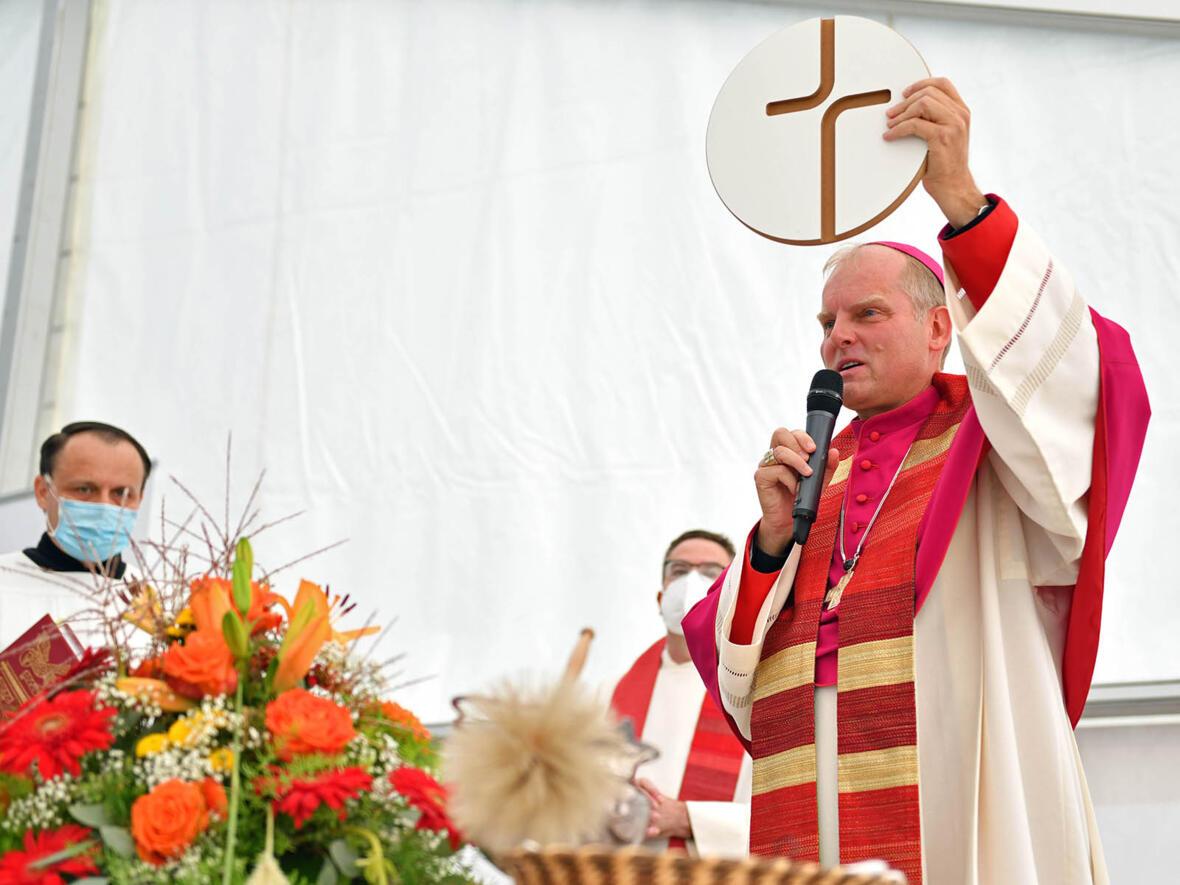 Weihbischof Wörner segnet die Kreuze für die Klassenräume der Bischof-Ulrich-Grundschule in Augsburg (Foto Julian Schmidt pba) 5