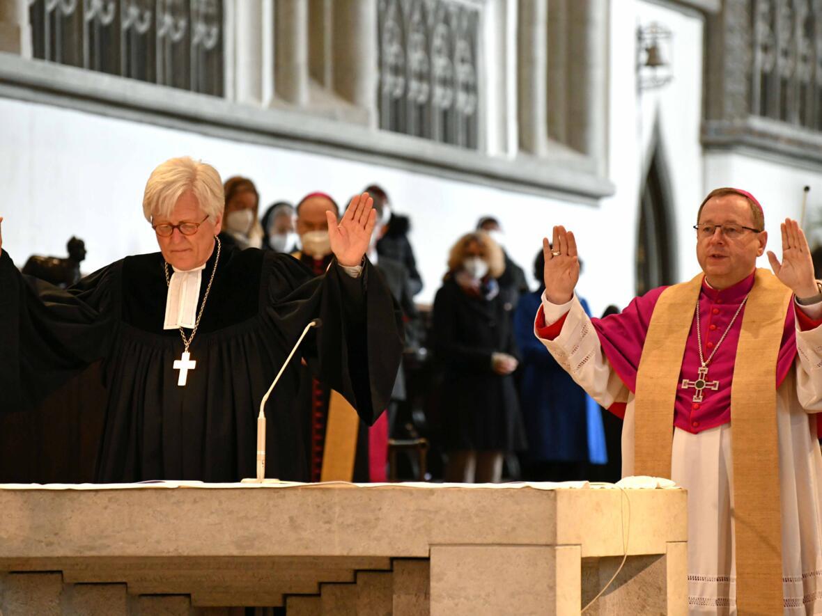 12 Eröffnungsgottesdienst der Woche für das Leben 2021_Segen durch EKD-Ratsvorsitzenden Lund DBK-Vorsitzenden (Foto Nicolas Schnall pba) 3
