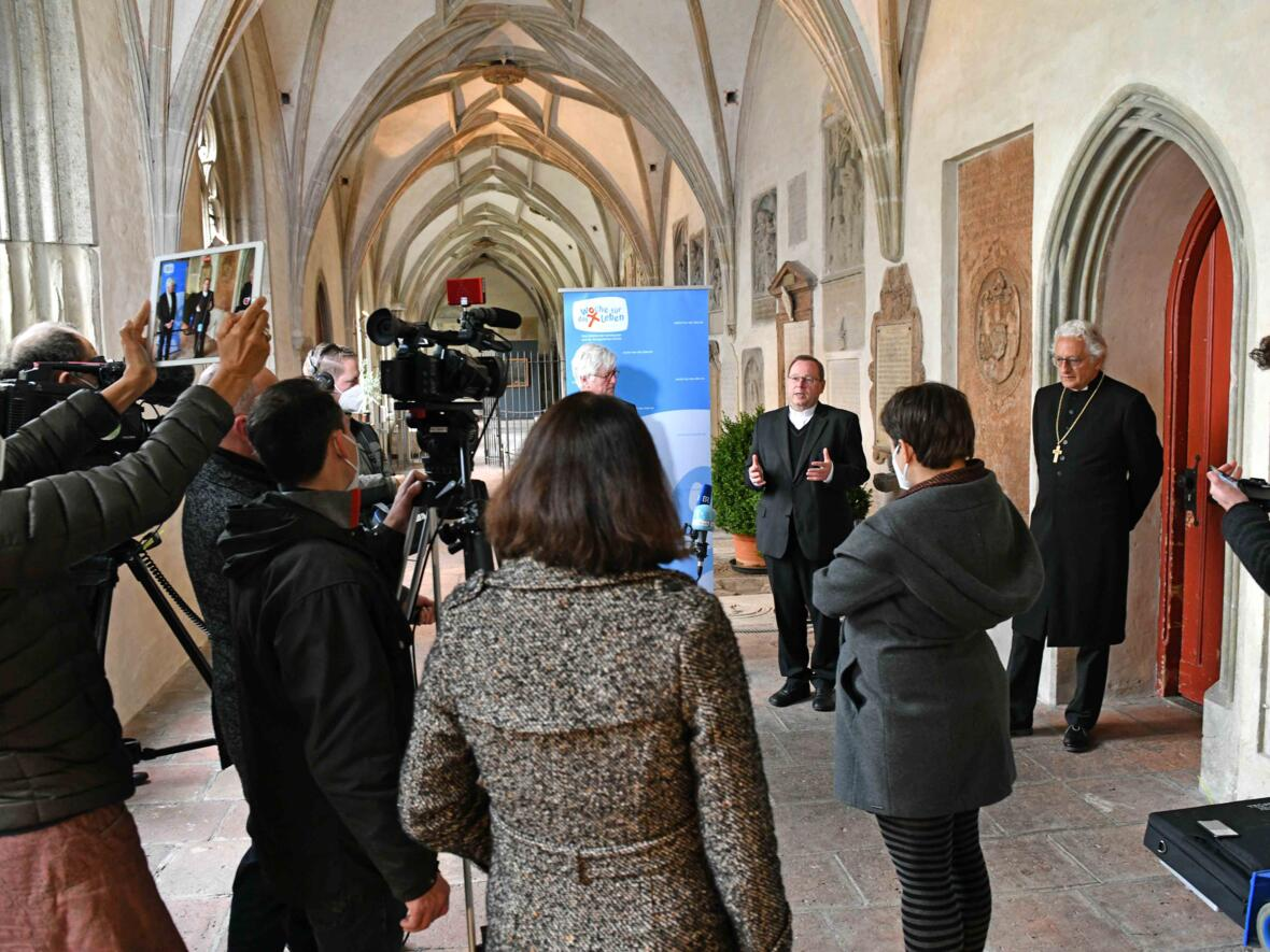 16 Bundesweite Eröffnung der Woche für das Leben 2021_Statement Bischof Georg Bätzing im Domkreuzgang (Foto Nicolas Schnall pba)