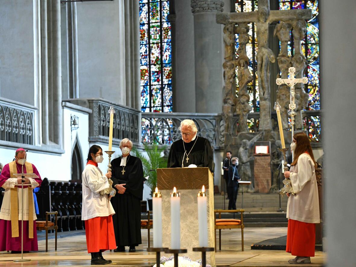 5 Eröffnungsgottesdienst der Woche für das Leben 2021_Regionalbischof beim Vortragen des Evangeliums (Foto Nicolas Schnall pba)