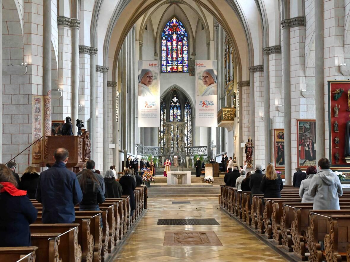 8 Eröffnungsgottesdienst der Woche für das Leben 2021_Perspektive Kirchenschiff und Chor (Foto Nicolas Schnall pba)