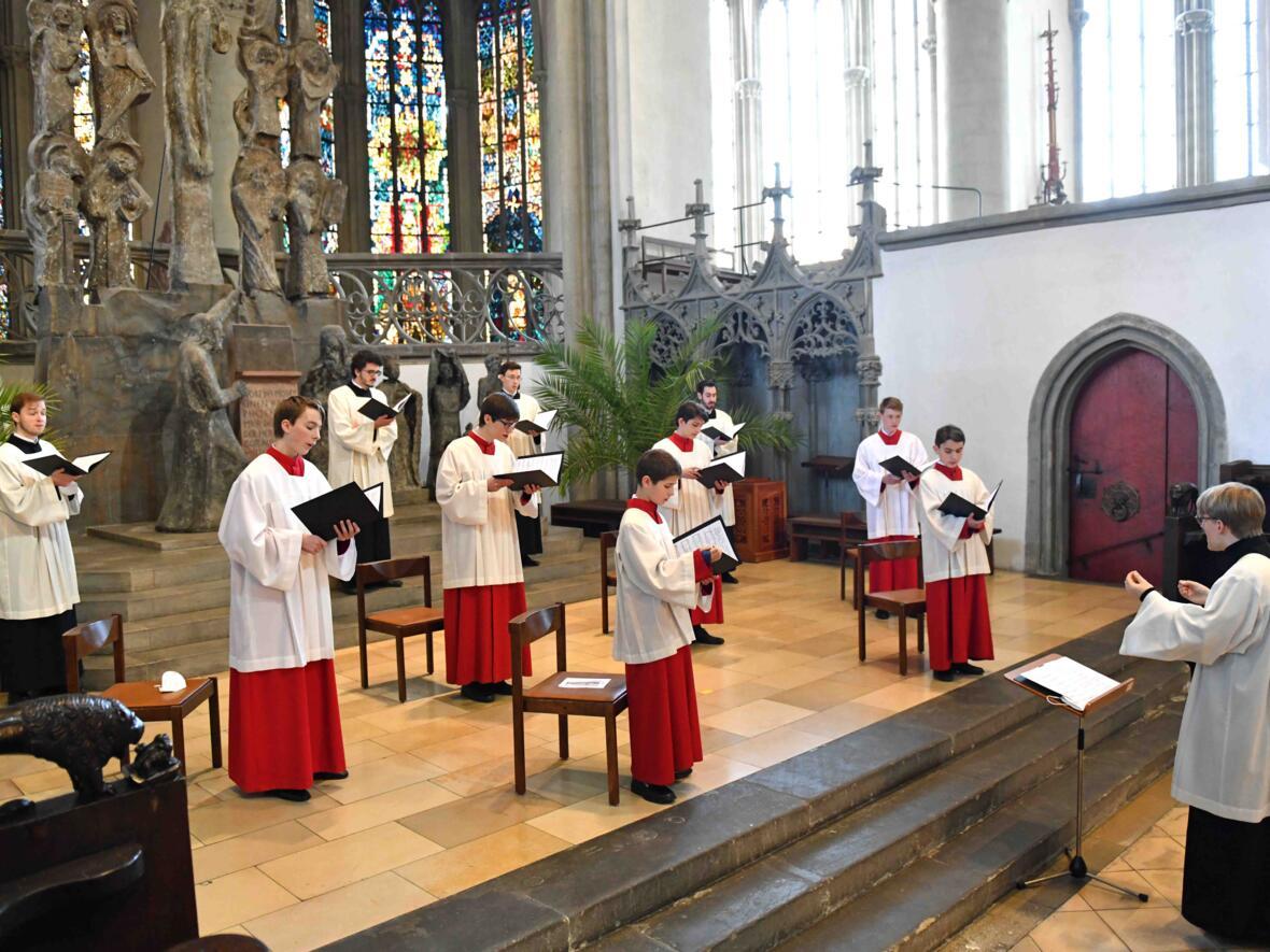 Karfreitagsliturgie im Hohen Dom (Foto Nicolas Schnall pba) 12