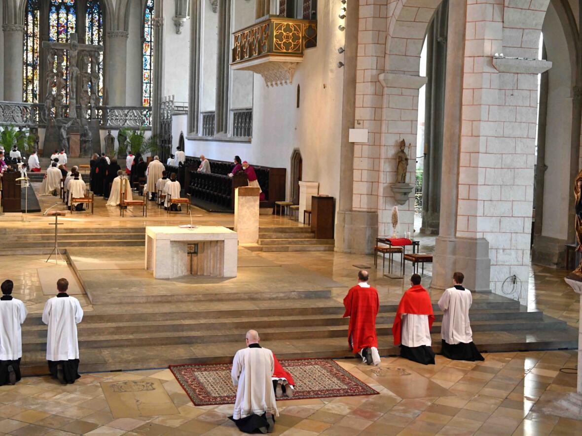 Karfreitagsliturgie im Hohen Dom (Foto Nicolas Schnall pba) 2