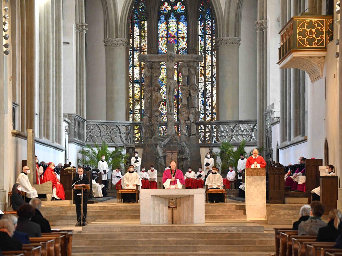 Karfreitagsliturgie im Hohen Dom (Foto Nicolas Schnall pba) 3