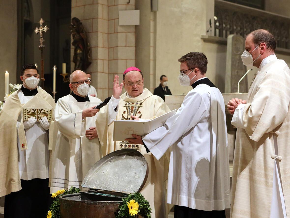 Bischof Bertram segnet das Taufwasser (Foto: Annette Zoepf / pba)