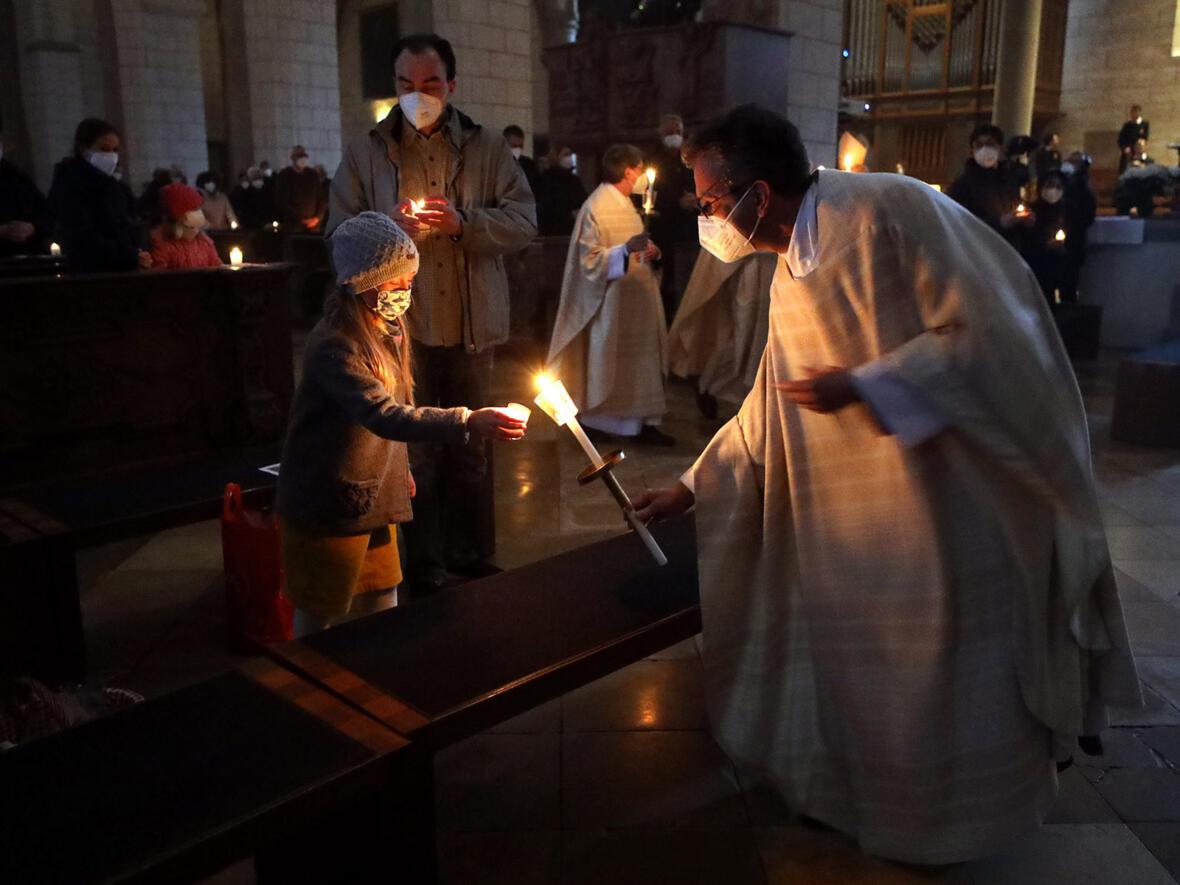 Das Osterlicht wird in der Kathedrale verteilt (Foto: Annette Zoepf / pba)