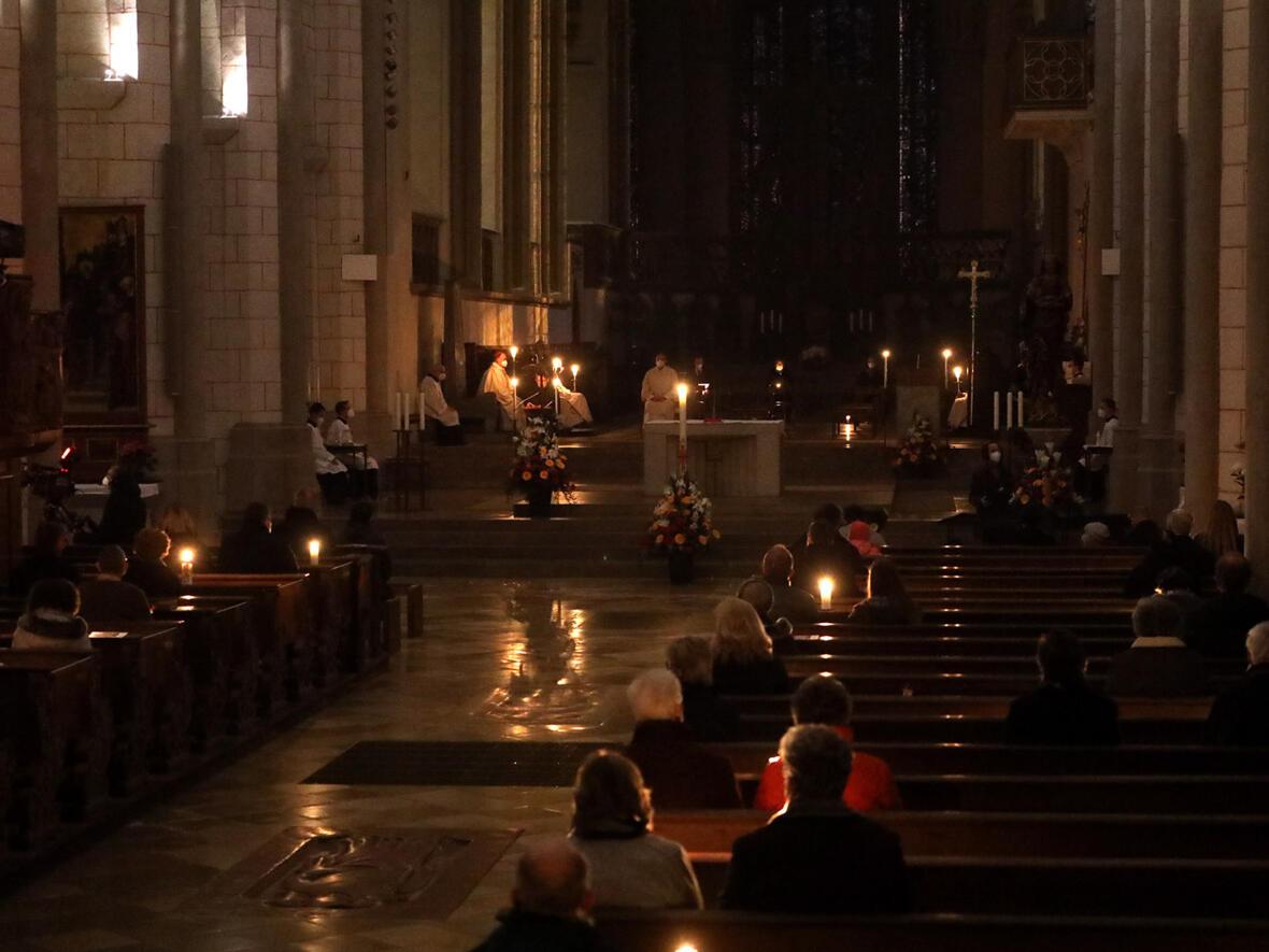 Der Hohe Dom im österlichen Kerzenlicht (Foto: Annette Zoepf / pba)