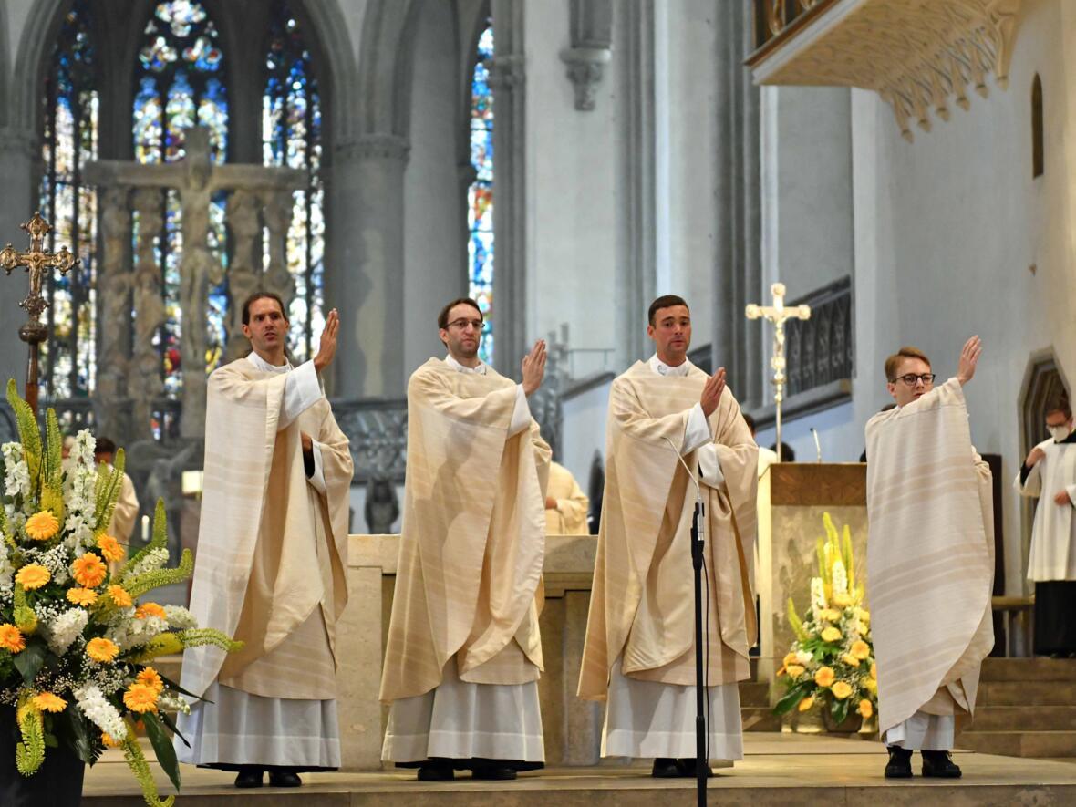 01_Priesterweihe im Augsburger Dom 2021_Spendung des Primizsegens (Foto Nicolas Schnall pba)