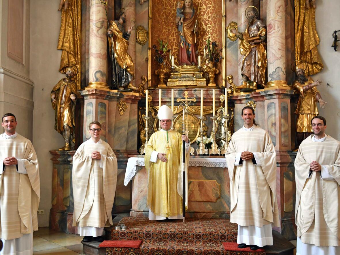 03 Priesterweihe 2021_(v,l.) Stefan Riedel, Jürgen Massinger, Bischof Bertram, Roland Weber, Michael Schmid (Foto Nicolas Schnall pba)