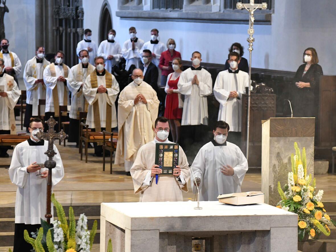07_Priesterweihe im Augsburger Dom 2021 (Foto Nicolas Schnall pba)