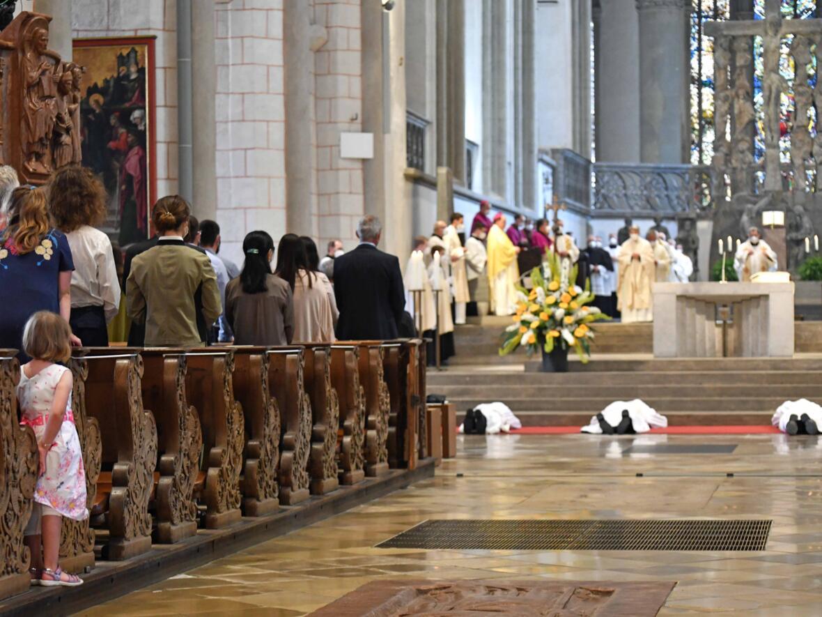 10_Priesterweihe im Augsburger Dom 2021 (Foto Nicolas Schnall pba)