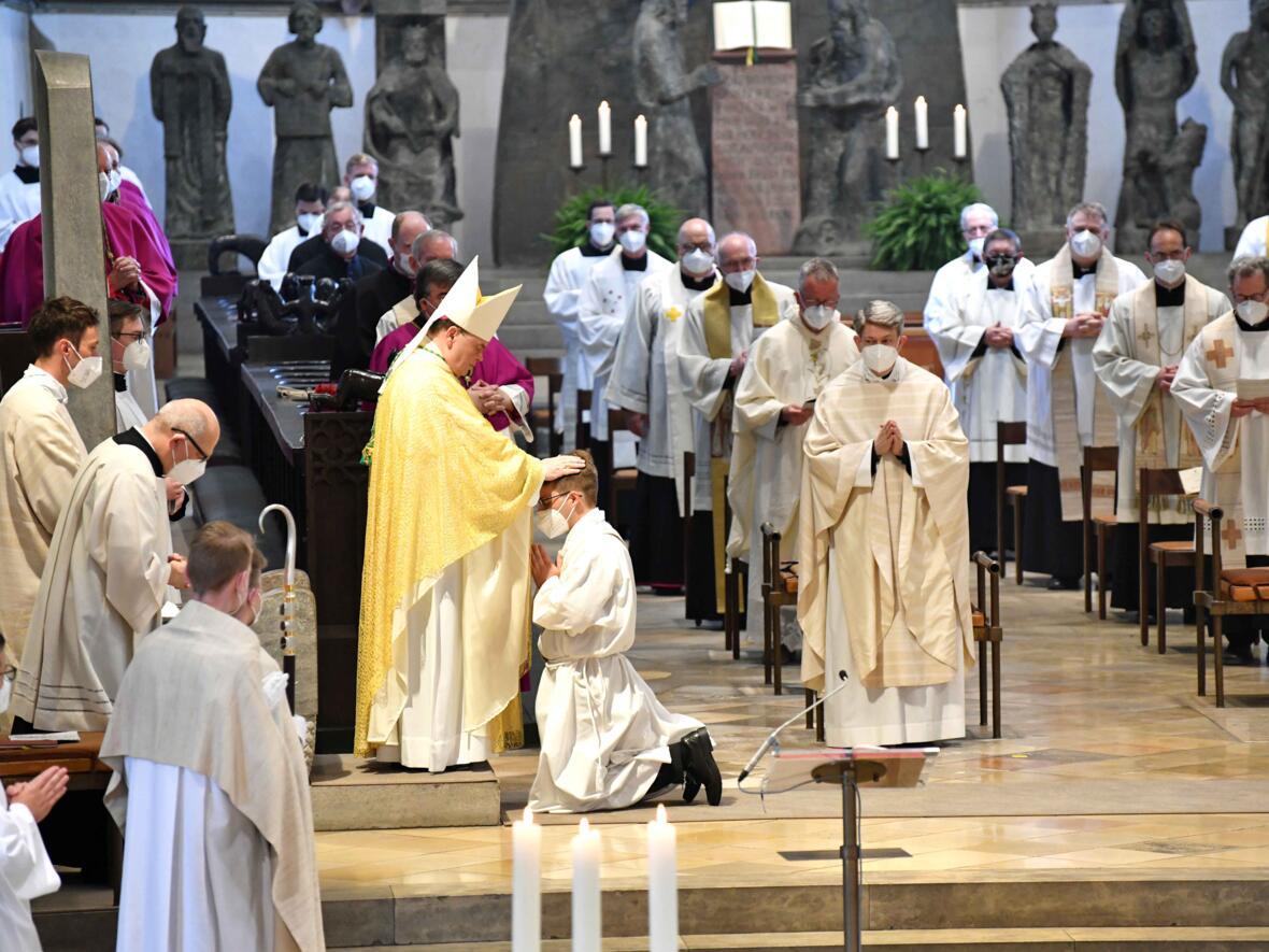 12_Priesterweihe im Augsburger Dom 2021 (Foto Nicolas Schnall pba)