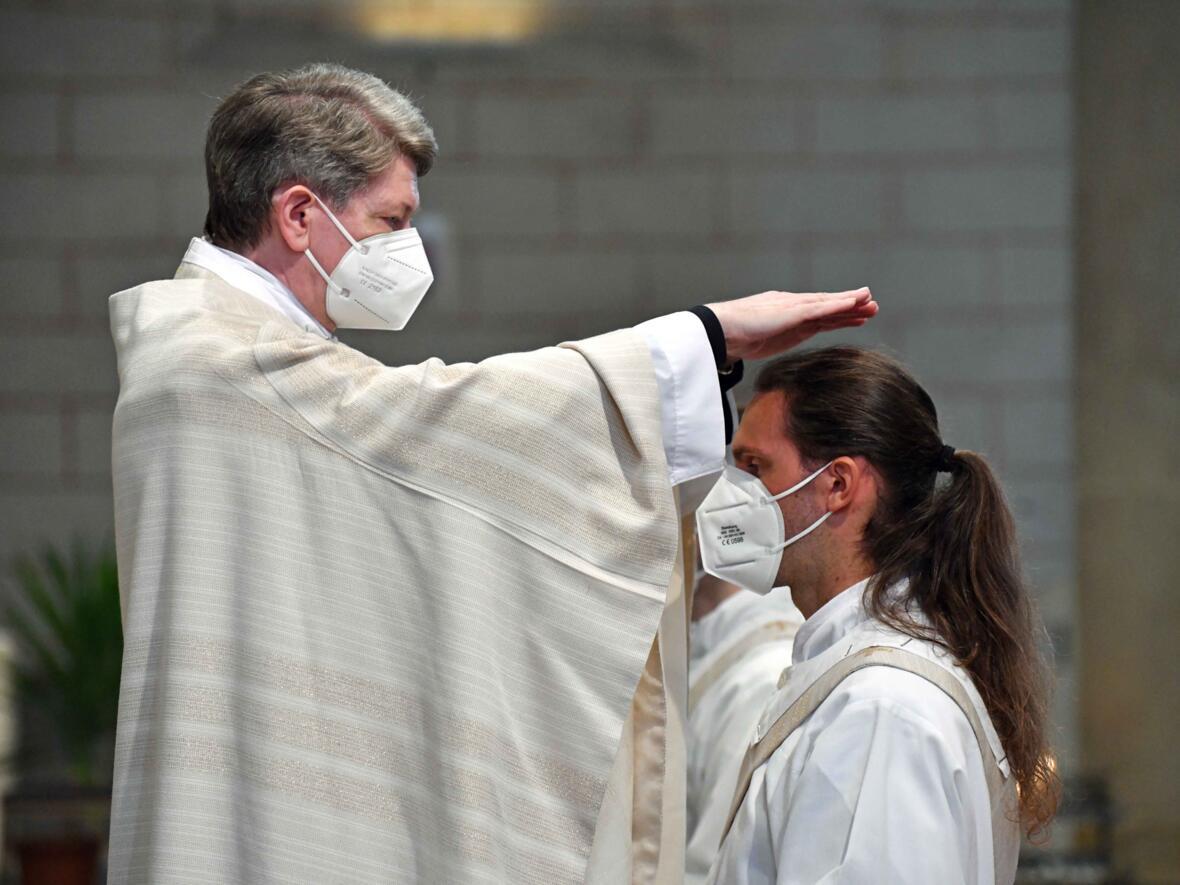 13_Priesterweihe im Augsburger Dom 2021 (Foto Nicolas Schnall pba)
