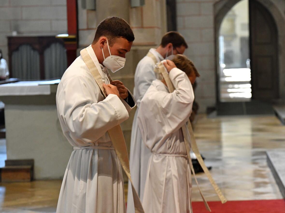 15_Priesterweihe im Augsburger Dom 2021 (Foto Nicolas Schnall pba)