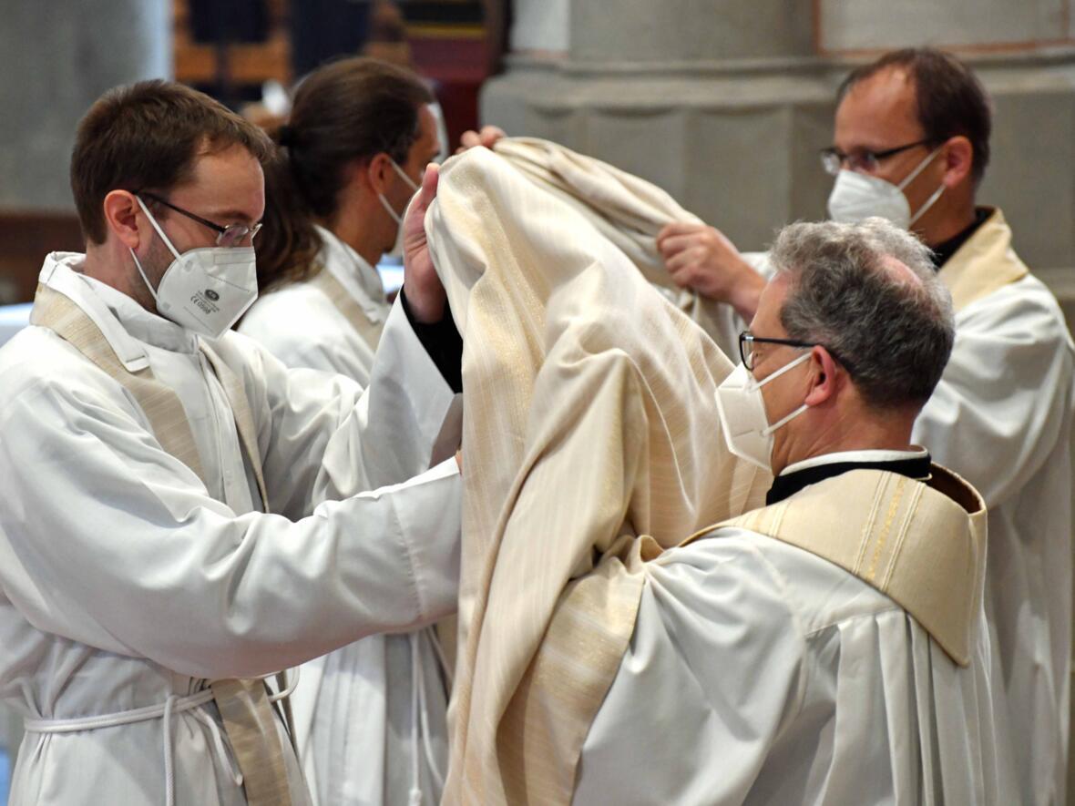 16_Priesterweihe im Augsburger Dom 2021 (Foto Nicolas Schnall pba)