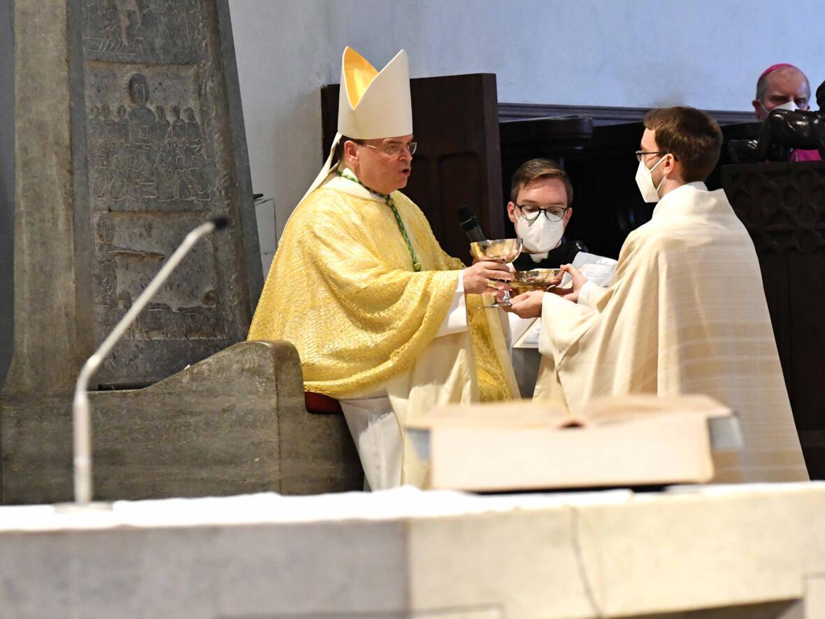 19_Priesterweihe im Augsburger Dom 2021 (Foto Nicolas Schnall pba)