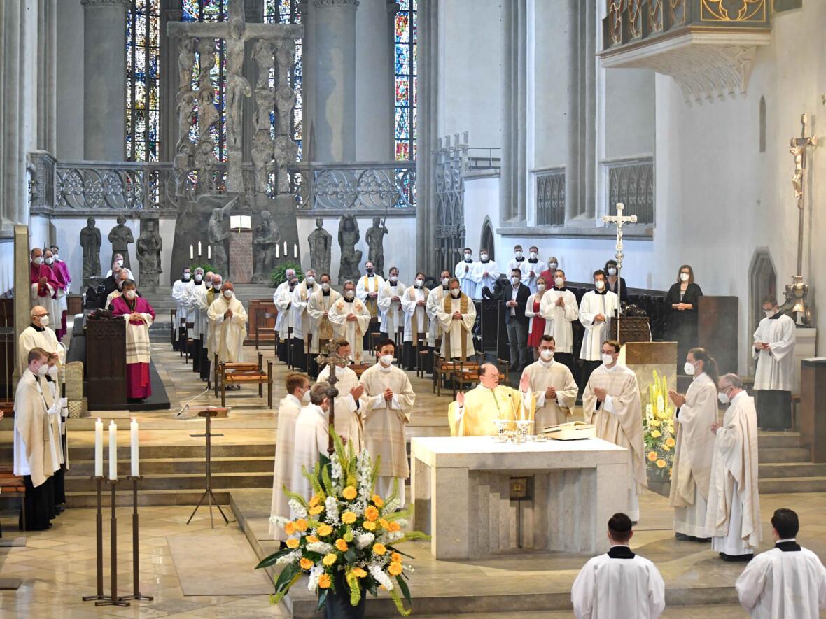 22_Priesterweihe im Augsburger Dom 2021 (Foto Nicolas Schnall pba)