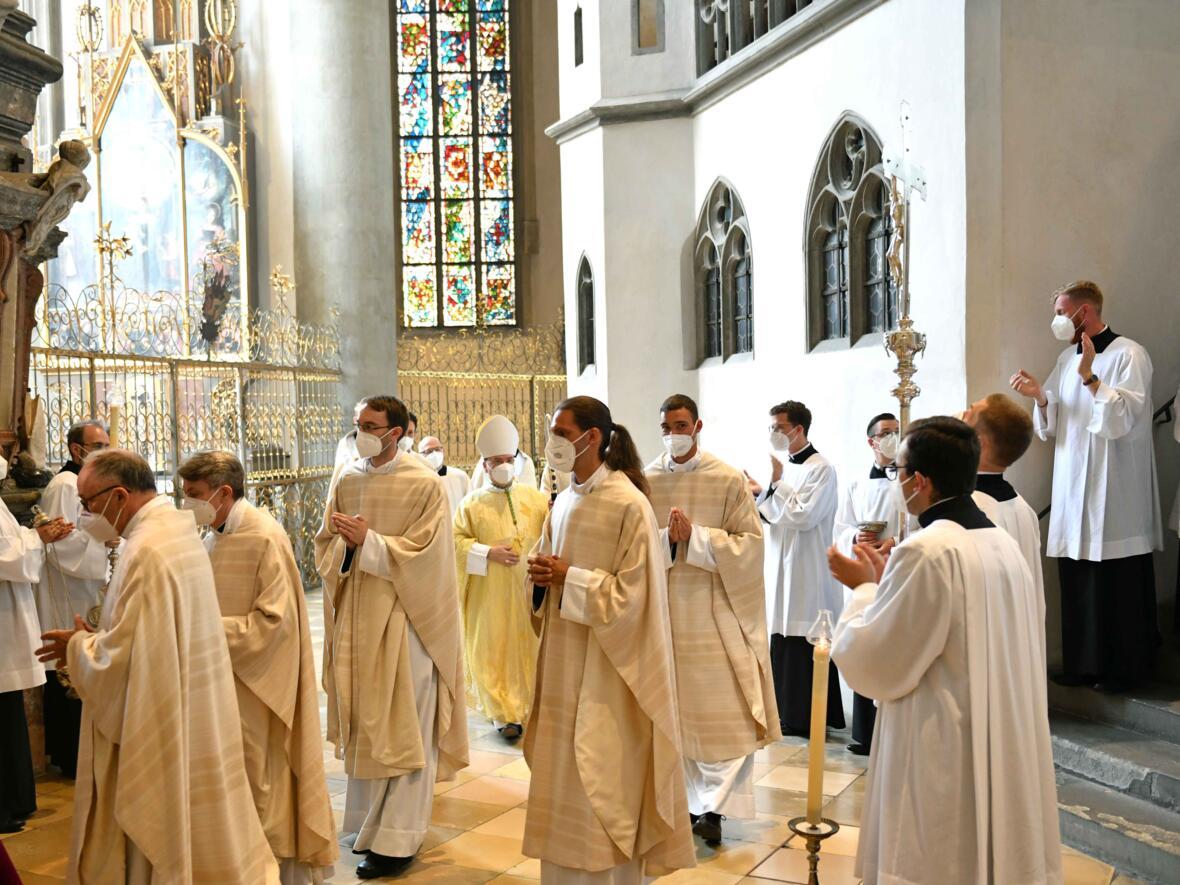 29_Priesterweihe im Augsburger Dom 2021 (Foto Nicolas Schnall pba) (2)