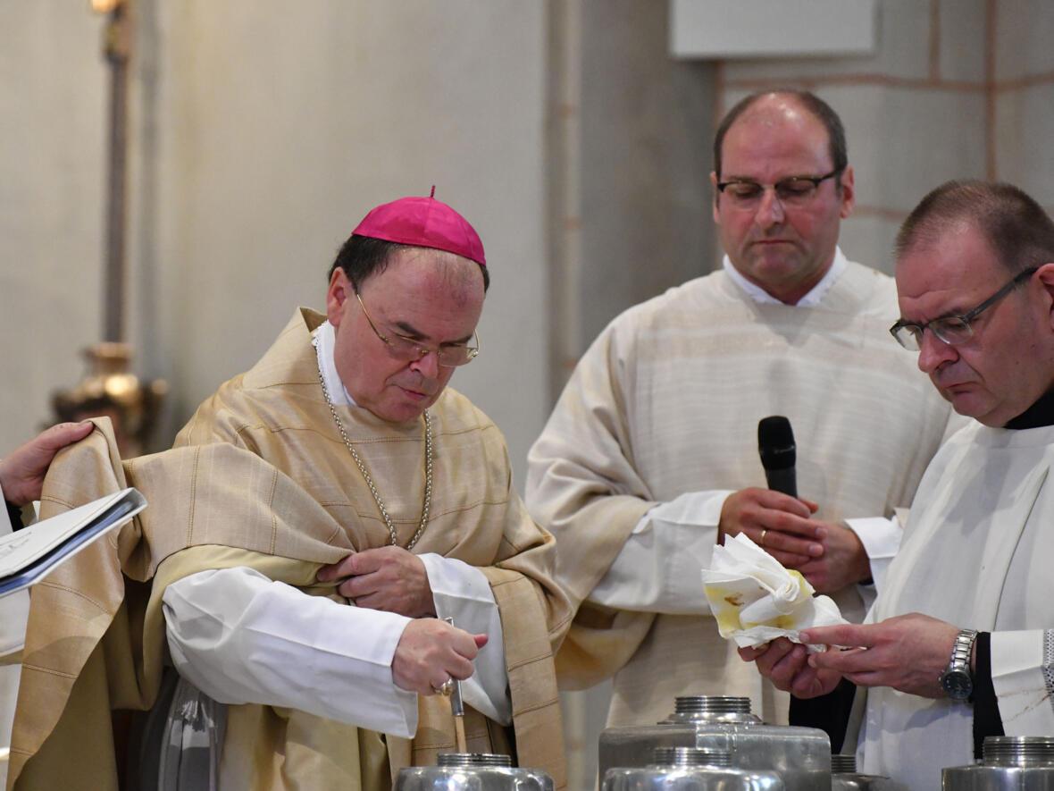 Bischof Bertram bei der Zubereitung des Chrisamöls DSC_8504 (Foto Julian Schmidt_pba)