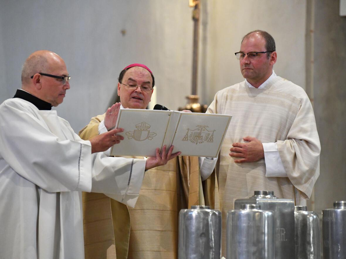 Bischof Bertram weiht das Chrisamöl DSC_8510 (Foto Julian Schmidt_pba)