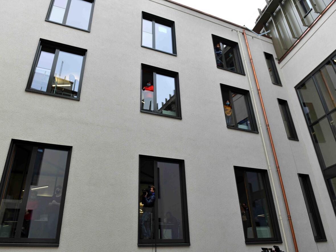 Die Mitarbeiterinnen und Mitarbeiter am Hafnerberg konnten die Segnungsfeier über die Fenster verfolgen.