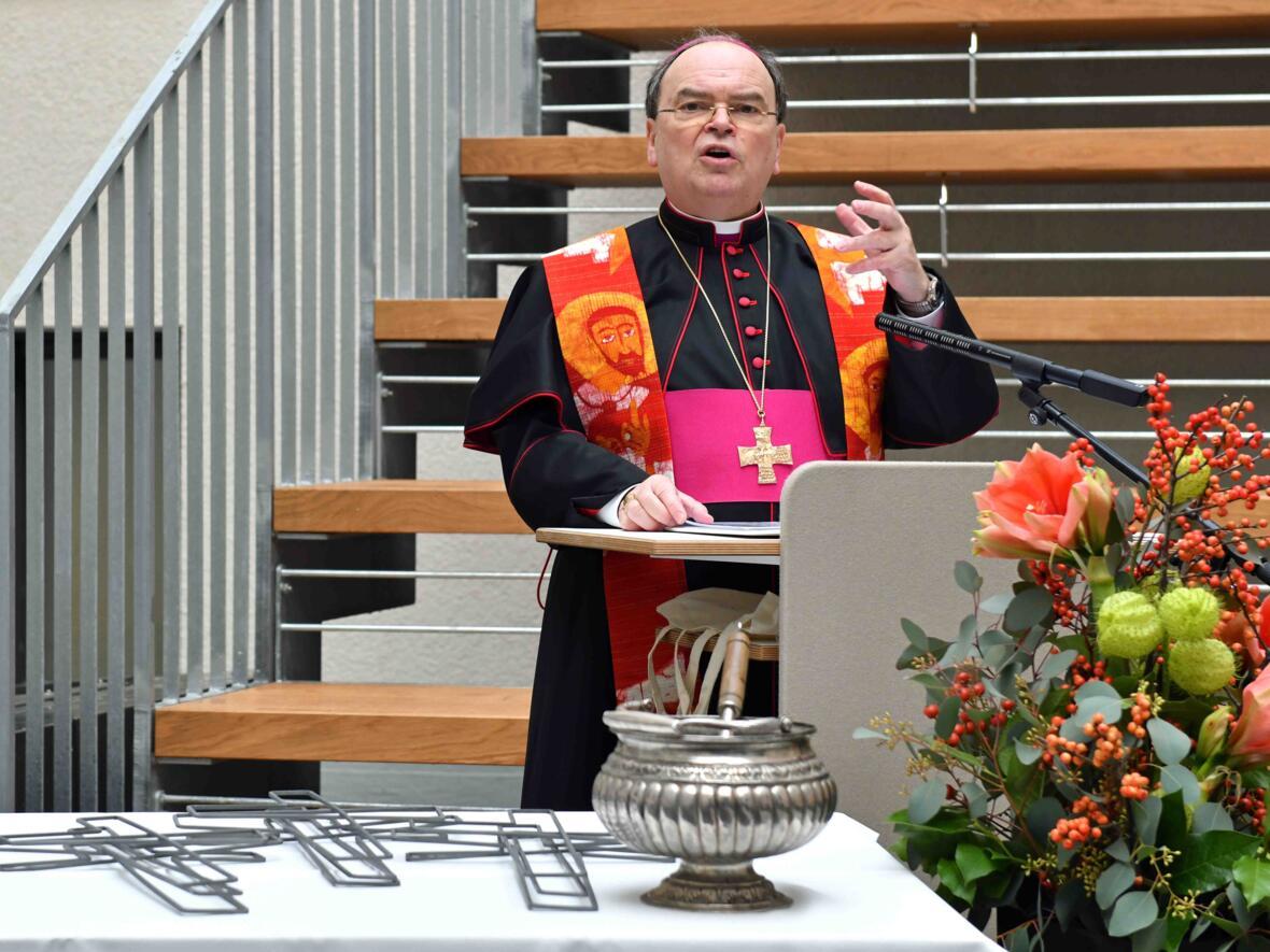 Bischof Bertram bei der Segnung des Hafnerbergs und der dortigen Wandkreuze (Fotos: Nicolas Schnall / pba)