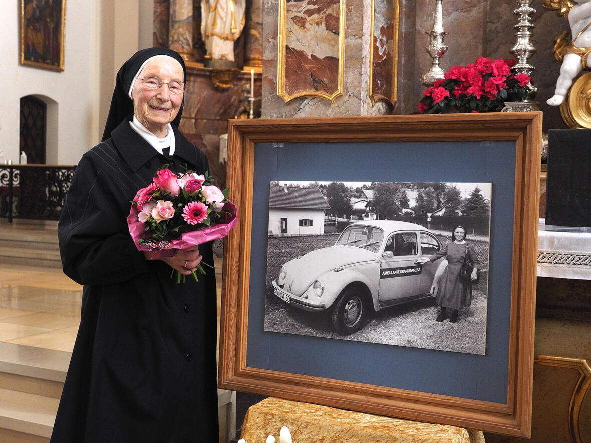 Sr. Josefa Knab OSB. Das neben ihr aufgestellte Foto zeigt Sr. Josefa in den 1960er Jahren (Foto: Christian Binder)