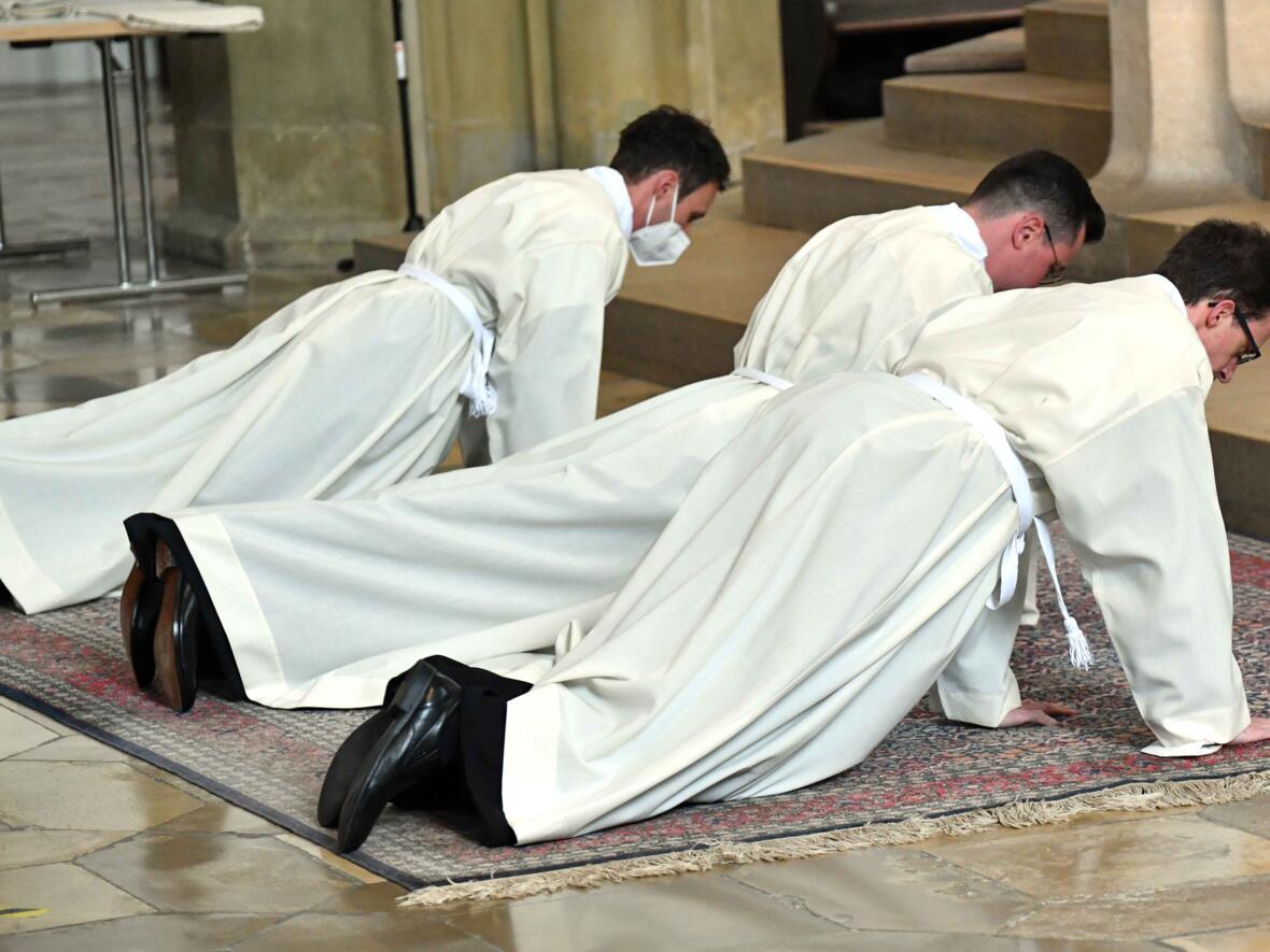 """""""Übungsleiter"""" Bischof Bertram: """"Wenn Sie sich auf den Boden legen, zeigen Sie die Haltung, die einem Diakon ansteht."""""""