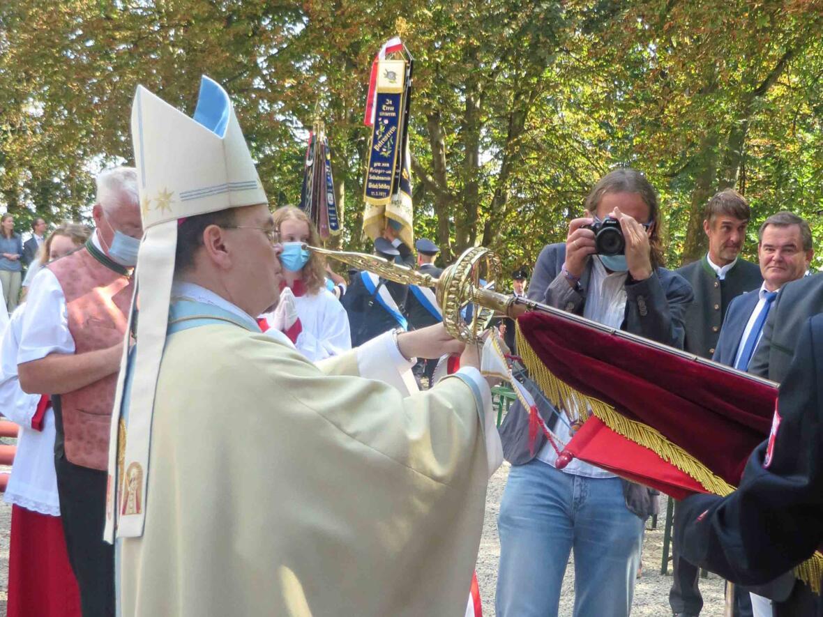 500 Jahre Maria Beinberg_Bischof überreicht Fahnenbänder (Foto Viktoria Zäch_pba)