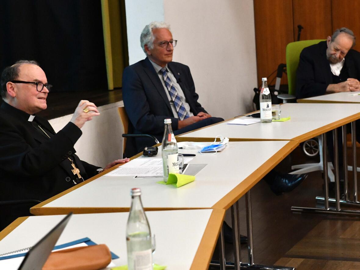 Angeregte Diskussion beim Interreligiösen Dialog