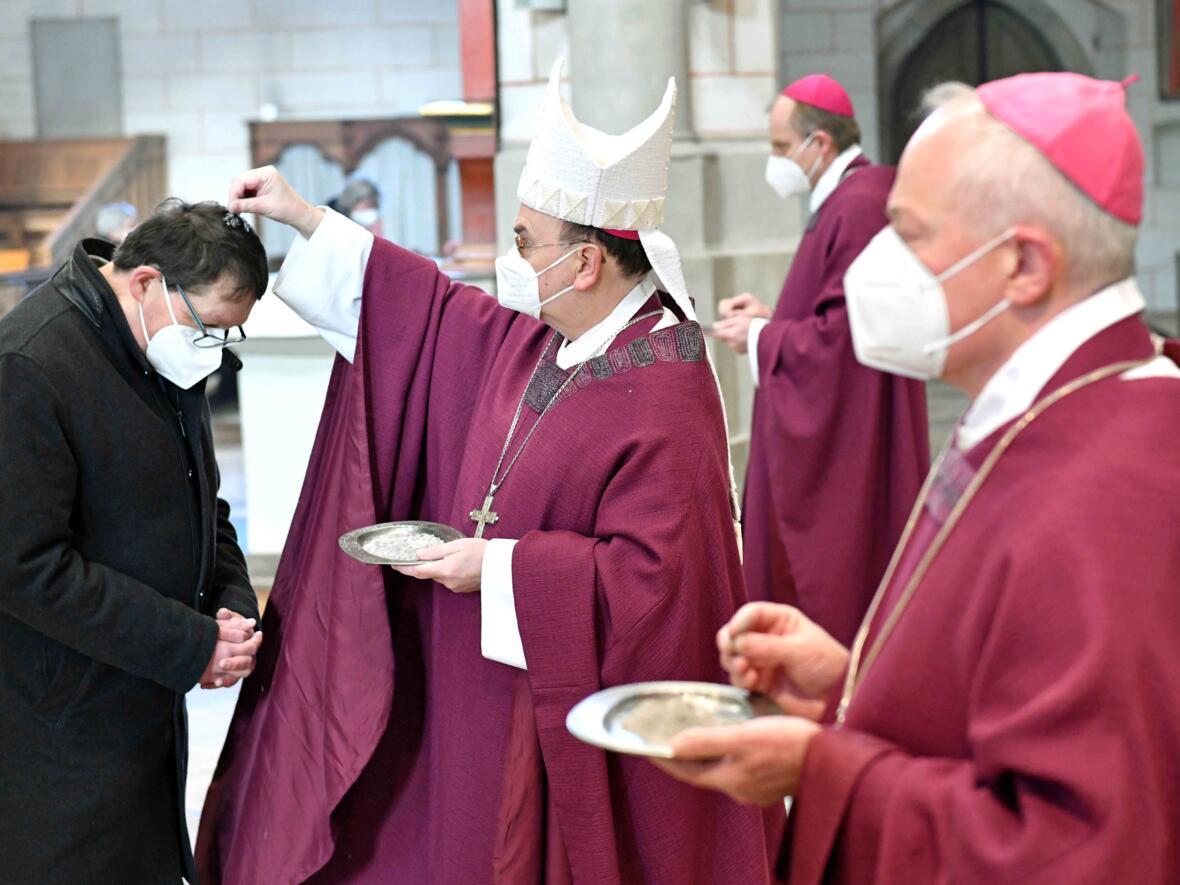 Bischof Bertram bei der Auflegung des Aschenkreuzes.