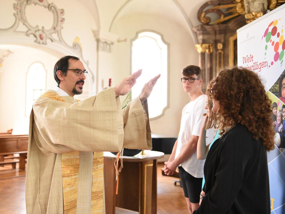 Beim Aussendungsgottesdienst in der Kapelle des Tagungshauses Reimlingen spendete Pfarrer Dominik Zitzler den drei jungen Erwachsenen den Einzelsegen.