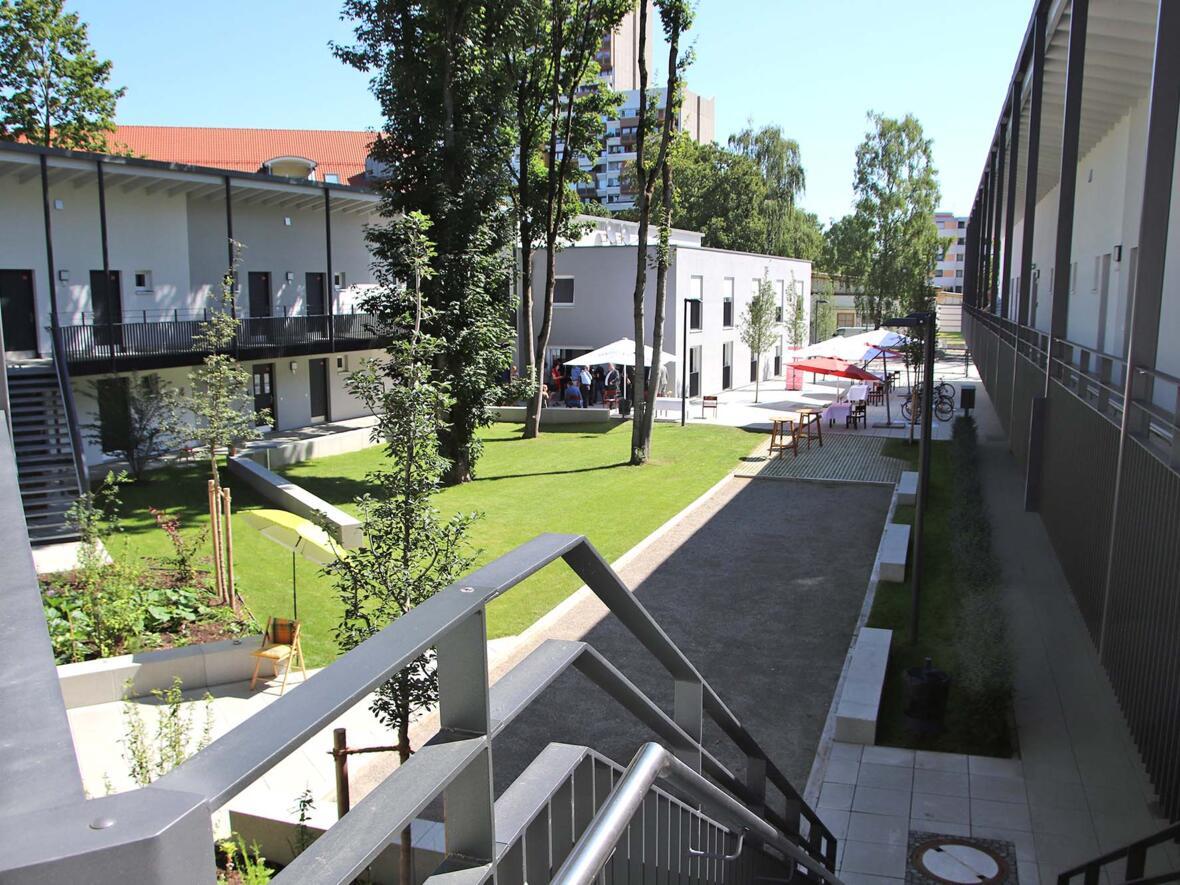 Bild 4 - Segnung des Georg-Beis-Hauses - Blick in die Wohnanlage (Foto Bernhard Gattner_Caritas Augsburg)