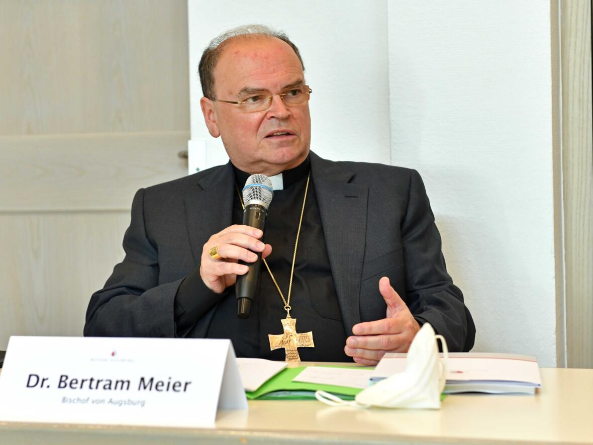 Bischof Bertram bedankt sich bei den Mitgliedern der Projektgruppe für die geleistete Arbeit.