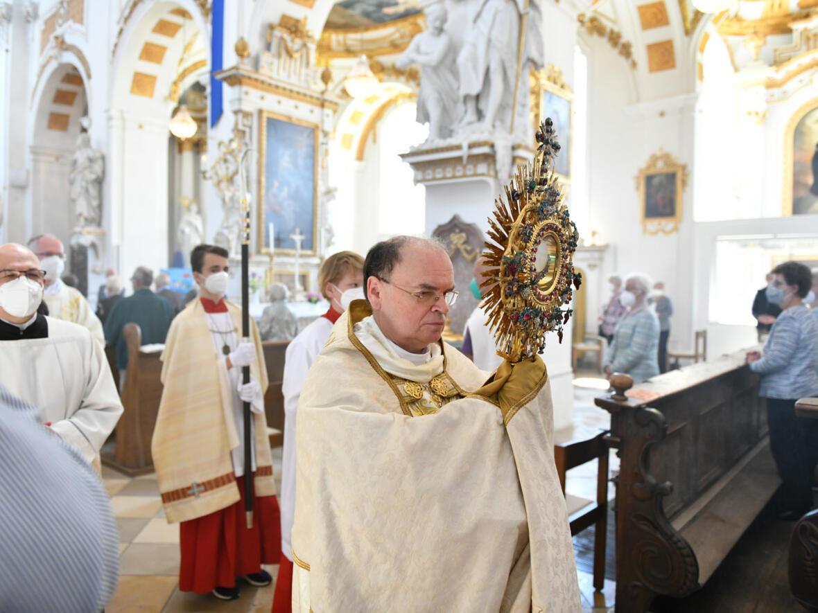 Bischof Bertram beim Hohen Umgang in der Klosterkirche Oberelchingen