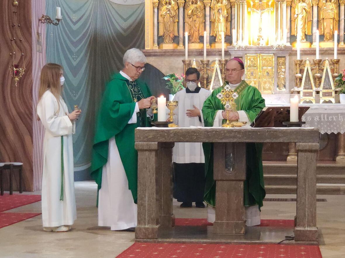 Bischof Bertram mit dem Leiter der Kroatischen Mission P. Ivan Cilic OFM (Foto: Vlatko Knez)