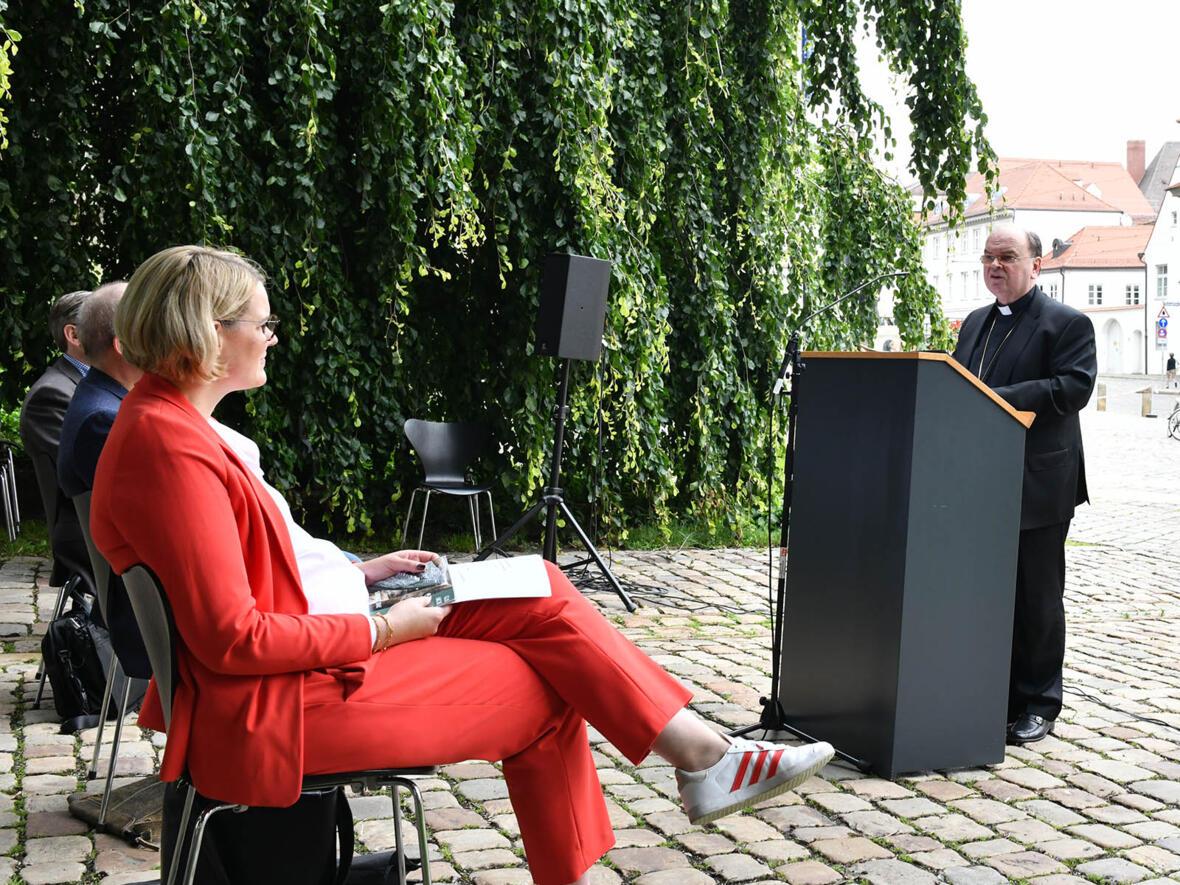 Bischof Bertram mit der Augsburger Oberbürgermeisterin Eva Weber (Foto: Julian Schmidt / pba)