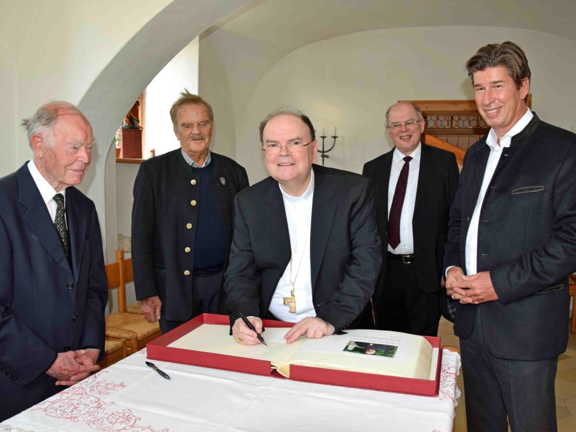 Bischof Dr. Bertram Meier im Pfarrhaus bei seinem Eintrag ins Goldene Buch des Marktes Oberstdorf (Foto Verspohl-Nitsche_pdsf) web