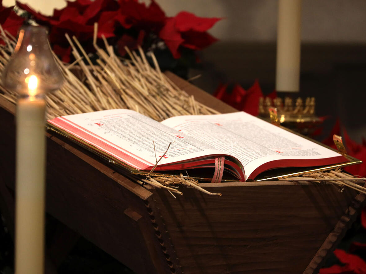 Das Evangeliar in der Weihnachtskrippe: Gottes Wort ist Fleisch geworden und hat unter uns gewohnt (Foto: Anette Zoepf / pba)
