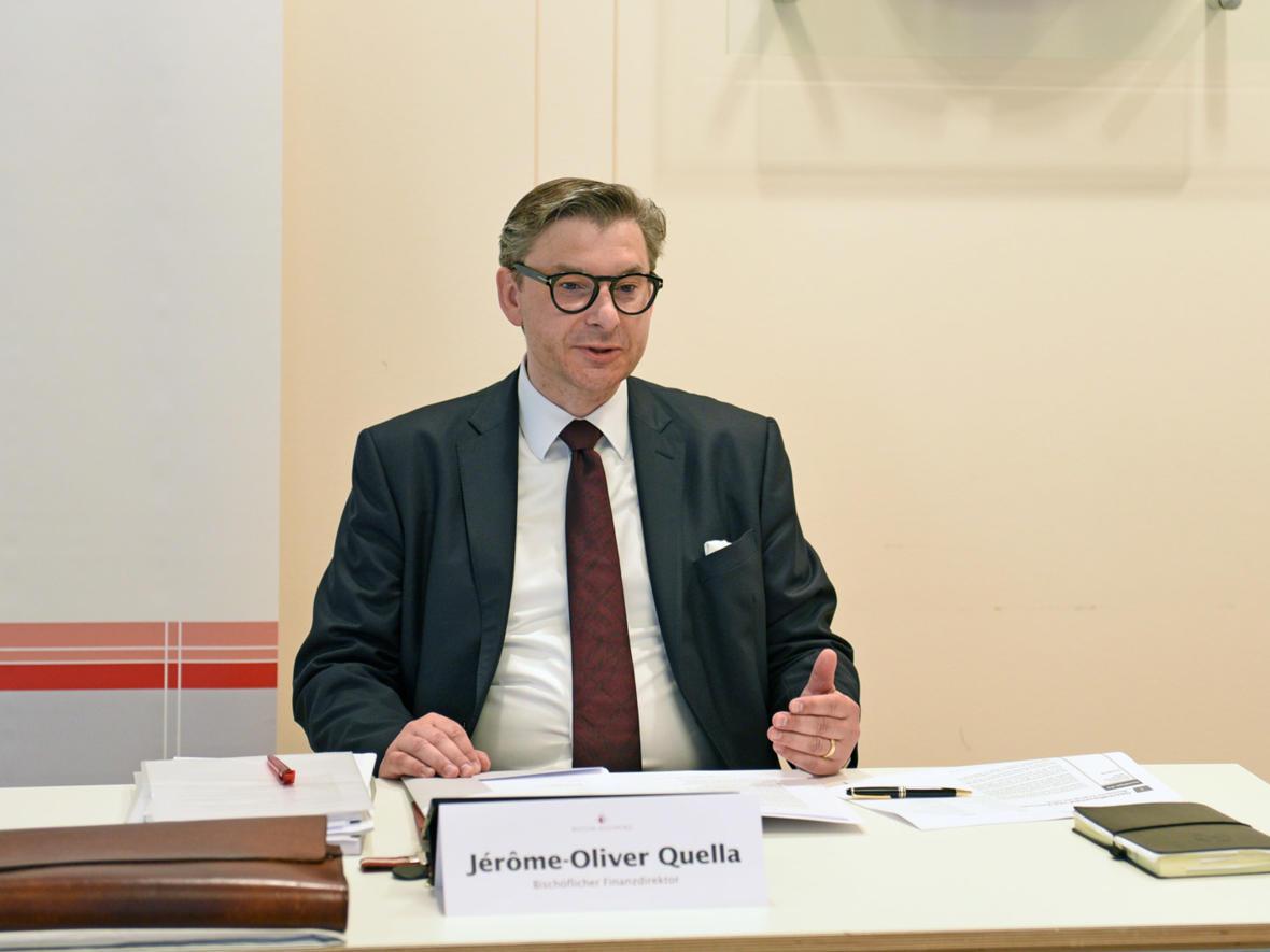 Der Bischöfliche Finanzdirektor Jérôme-Oliver Quella bei der Vorstellung der Jahresabschlüsse des Bistums (Foto: Julian Schmidt / pba)