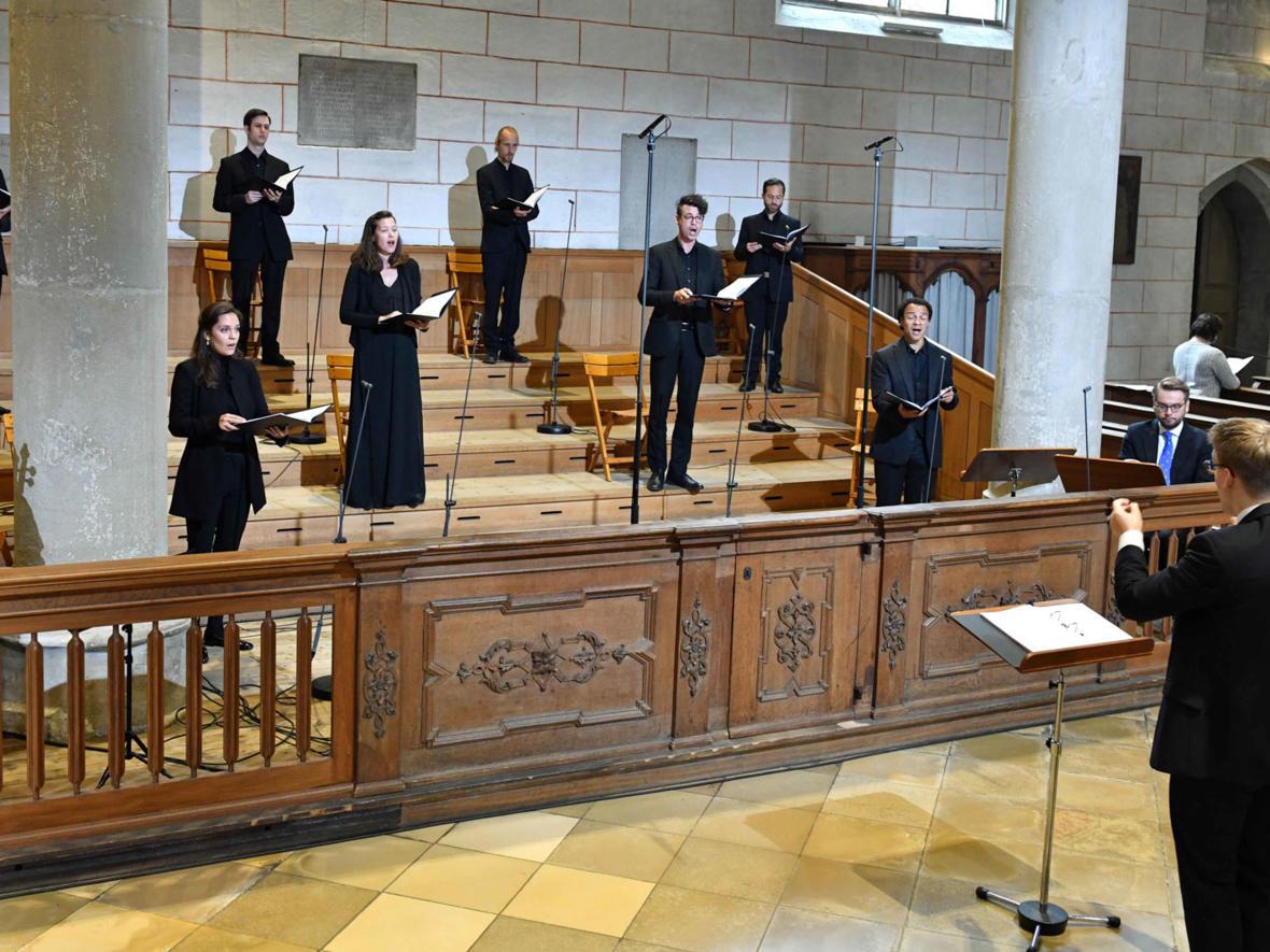 Der Chor AUXantiqua sang unter Corona-Bedingungen in der Bischofsweihe (Foto: Nicolas Schnall / pba)